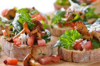 Kuchnia wegetaria�ska - Grzanki z kurkami i sa�atk� z pomidor�w i rukoli - przepis