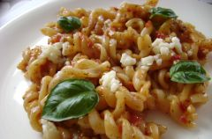 Makaron z sosem chili-pomidorowym