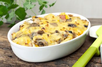 Zapiekanka z grzybami i ��tym serem
