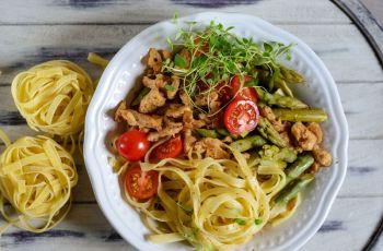 Kulinarne r�no�ci - Makaron ze szparagami i kurczakiem