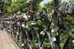 Mosty Mi�o�ci - do zakochania… jeden klucz?