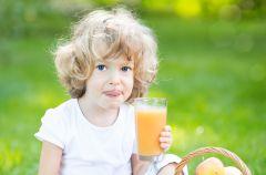 Uwa�aj na soki owocowe. Mog� zniszczy� z�by Twojego dziecka
