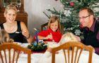 Dziecko przy wigilijnym stole