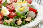 Wiosenna sa�atka z rzodkiewk�, �ososiem i jajkiem