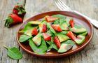Przepisy na odchudzanie - Dietetyczna sa�atka ze szpinakiem, awokado i truskawkami