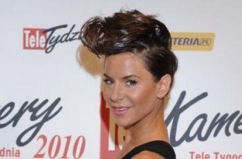 Pi�kne i dobrze ubrane na gali Telekamer 2010 - bia�a sukienka Ewy Farny