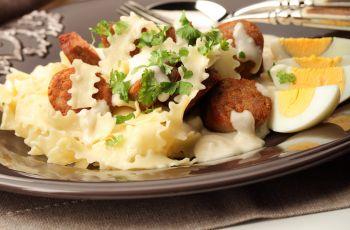Makaronowe wst��ki z bia�� kie�bas� w sosie chrzanowym - potrawy wielkanocne