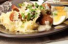Makaronowe wst��ki z bia�� kie�bas� w sosie chrzanowym