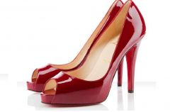 Buty z czerwon� podeszw� obiektem sporu