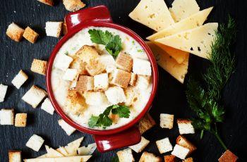 Rozgrzewaj�ca zupa serowa z grzankami