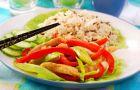 Piersi z kurczaka na spos�b chi�ski z ry�em i warzywami