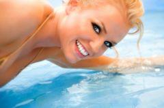 Zniszczone w�osy od chloru w basenie