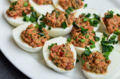 Jajka z czerwonym farszem