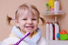 Dziecko zjada past� do z�b�w? Uwaga na fluor!