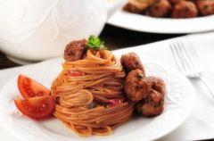 Spaghetti z sosem pomidorowym i klopsikami