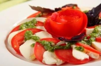 Sa�atka caprese z r� z pomidora - kolacja walentynkowa