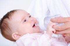 Nauka picia z butelki