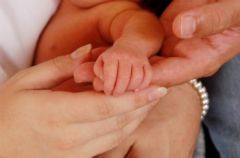 Wypychanie dziecka przez lekarza podczas porodu.