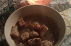 Francuska zupa cebulowa na r�owym winie