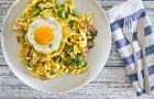 Makaron z boczkiem, szpinakiem i sadzonym jajkiem - pomys� na syc�ce �niadanie
