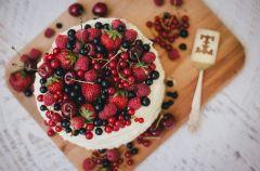 Tort z owocami sezonowymi