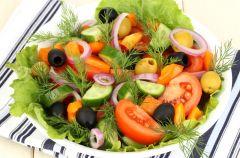 Sa�atka warzywna z oliwkami