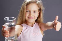 Jak przekona� dziecko do picia wody - 5 rad