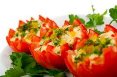Pomidory nadziewane fet� i krewetkami