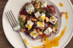 Sa�atka z serem ple�niowym i winogronami