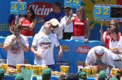 Zawody w jedzeniu hot dog�w na czas 2010