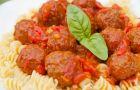 �widerki z drobiowymi pulpecikami i sosem ze �wie�ych pomidor�w