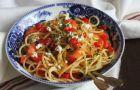 Spaghetti z cukini�, �wie�� bazyli� i oregano opr�szone serem feta