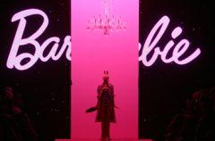 �wiatowi i polscy projektanci ubieraj� Barbie