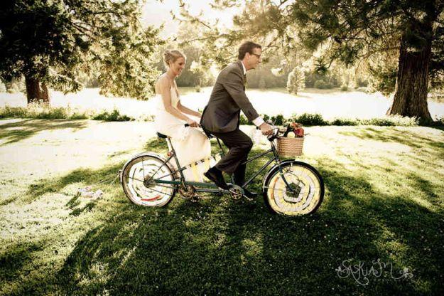 para młoda na rowerze