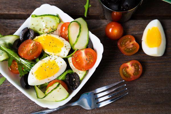 Śniadaniowa sałatka z jajkiem