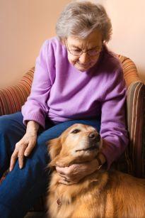 starsza pani z psem