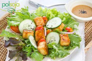Sałatka z tofu glazurowanym w sosie sezamowym