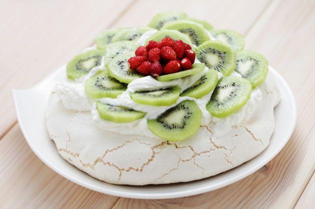 Pavlova - torcik bezowy z bitą śmietaną i owocami