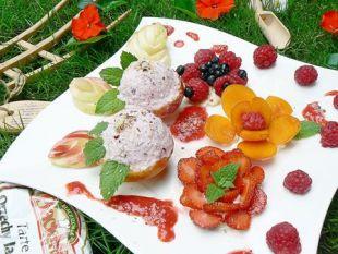 Truskawkowo orzechowe lody w deserze z letnimi owocami