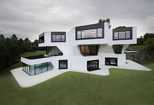 skomplikowana forma i śnieżna biel domu