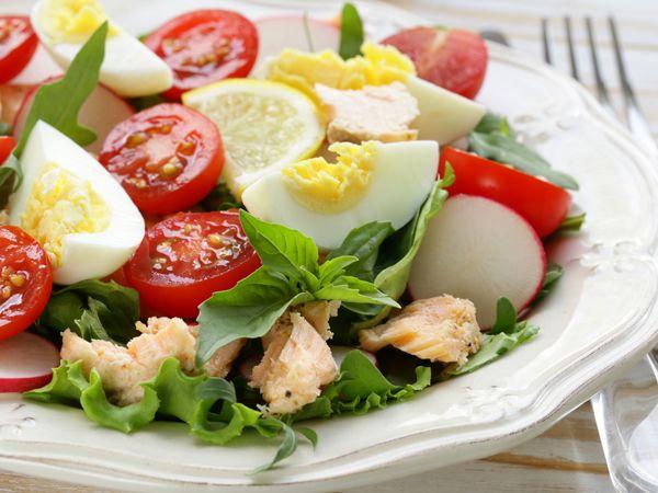Wiosenna sałatka z rzodkiewką, łososiem i jajkiem
