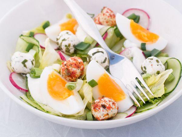 Sałatka ze świeżej rzodkiewki, ogórka, jajka i mozarelli