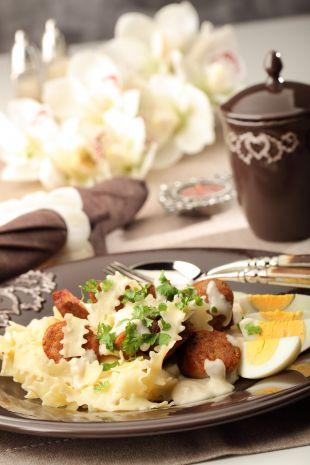 Makaronowe wstążki z białą kiełbasą w sosie chrzanowym