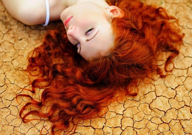 Przesuszona skóra głowy przy przetłuszczających się włosach