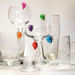 Zabawne gadżety do oznaczenia szklanek i kieliszków