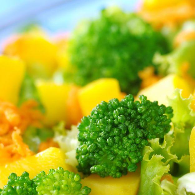 Sałatka z brokułów, mango i orzechów