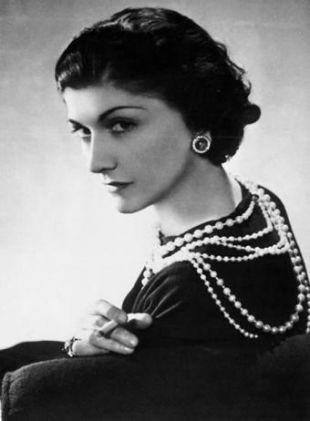 dca4f542588b34 Po śmierci żony Albert Chanel uciekł. Gabrielle wraz z dwiema siostrami  trafiła do sierocińca w Aubazine. To właśnie tam nauczyła się szyć.
