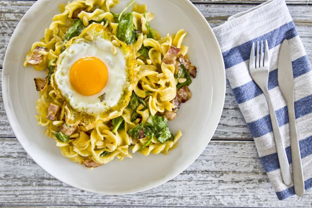 Makaron z boczkiem, szpinakiem i sadzonym jajkiem - pomysł na sycące śniadanie