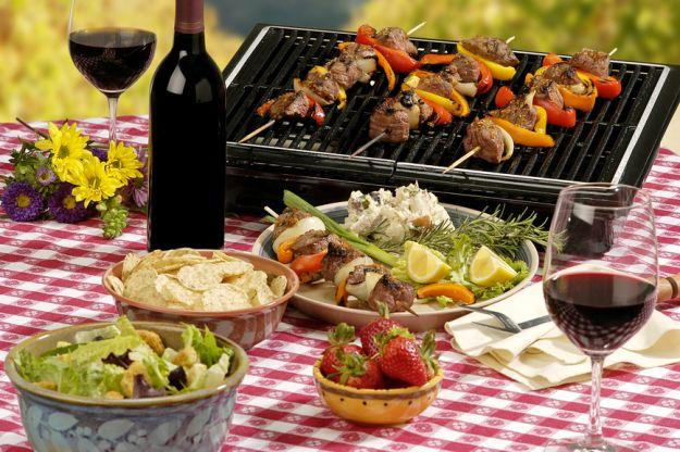 Przyjęcie w ogrodzie - jak udekorować stół?