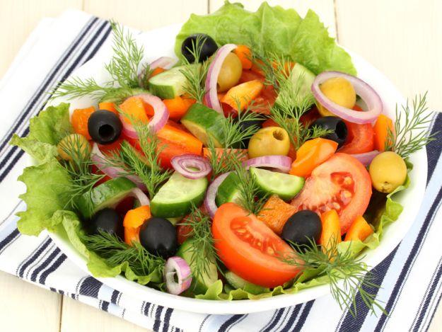 Sałatka warzywna z oliwkami